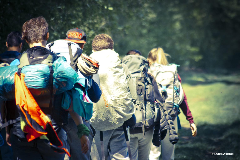 Avontuurlijke teambuilding jongeren tijdens een confrontatietocht met Pimento vol uitdagingen, samenwerkingsopdrachten, gesprekken en meer.